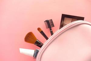 Vista superior de cosméticos decorativos sobre fondo rosa. foto