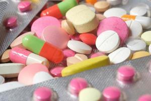 Close-up de muchas píldoras y cápsulas de colores
