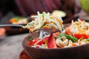 Close-up de ensalada de verduras frescas en un recipiente sobre la mesa