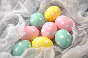 concepto de pascua con huevos sobre fondo rosa foto