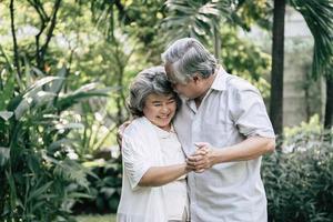 pareja de ancianos bailando juntos