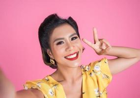 moda mujer toma una foto selfie con su teléfono