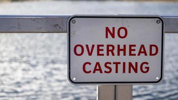 un letrero de no casting en el lago foto