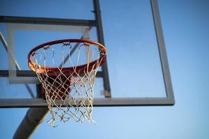 Aro de baloncesto en un fondo de cielo azul foto