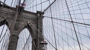 puente de brooklyn en un día nublado foto