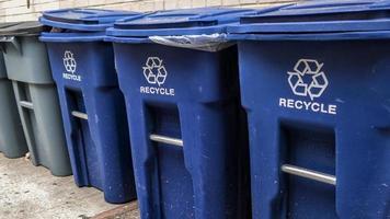 papeleras de reciclaje azules en la calle