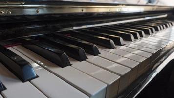 cerca de las teclas del piano