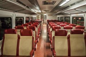 asientos de tren rojo