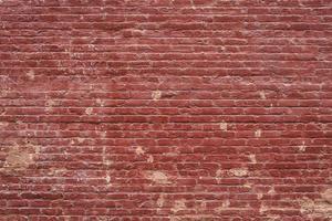 Viejo muro de ladrillo rojo que necesita reparaciones
