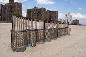 cubos de basura de metal en la playa foto