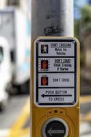 Pulsador para cruzar la calle en la ciudad de Nueva York foto