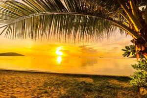 puesta de sol en la playa tropical foto