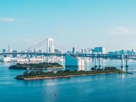 hermoso paisaje urbano con el puente del arco iris en la ciudad de tokio, japón