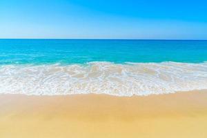 hermosa playa y cielo azul