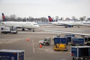 Delta planes at an airport