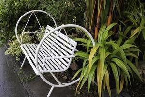 asiento blanco al aire libre en el jardín