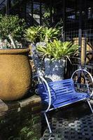 asiento azul al aire libre en el jardín