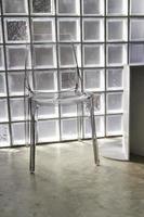 silla de plástico translúcido