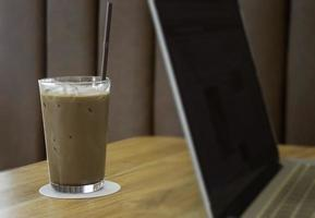 Bebida de café helado en la mesa de madera