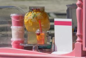 Mostrador de restaurante al aire libre con bebidas y algodón de azúcar.