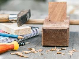 avión de carpintero y virutas de madera foto
