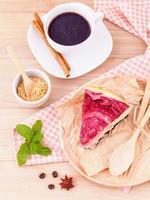 pastel de frambuesa y café foto