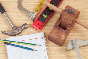 herramientas de carpintero en un escritorio foto