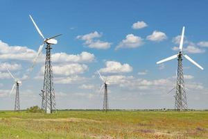 Turbinas de viento con nublado cielo azul en Yevpatoria, Crimea