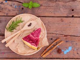 Pastel de frambuesa en placa de madera foto