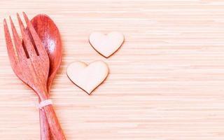 utensilios de madera y corazones. foto
