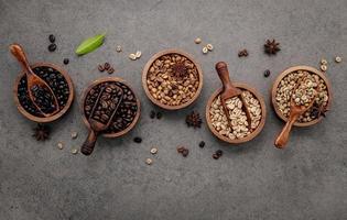 granos de cafe en tazones foto
