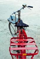 bicicleta en camino de tierra foto