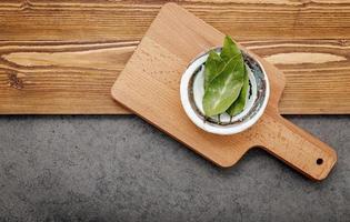 hojas de laurel en un cuenco de cerámica foto