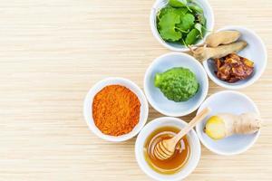 tazas de ingredientes frescos foto