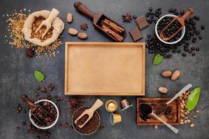 café y especias con una caja en blanco. foto