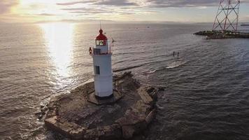 Seascape con un faro junto al cuerpo de agua en Vladivostok, Rusia foto