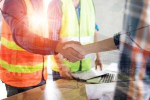 trabajadores de la construcción dándose la mano foto