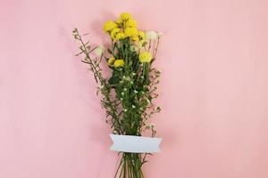ramos de flores silvestres con etiqueta en blanco foto