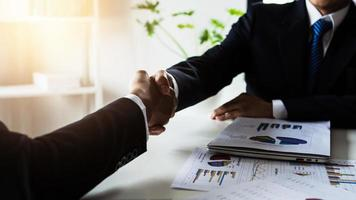 gente de negocios dándose la mano