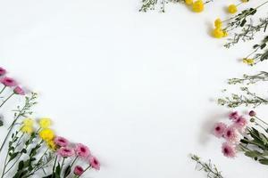 Marco de arreglo floral sobre fondo blanco. foto