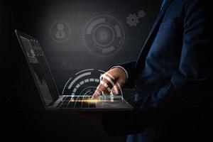 Cerrar la mano del empresario usando una computadora portátil