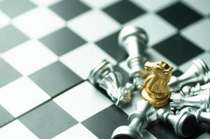 Juego de mesa de ajedrez con piezas de oro y plata.