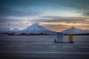 Pistas con volcanes y montañas en el aeropuerto de Yelizovo en Kamchatka. foto