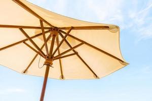 paraguas y cielo azul foto