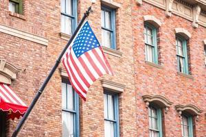 bandera americana en un edificio de ladrillo