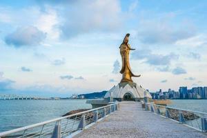 la estatua de kun iam en la ciudad de macao, china foto