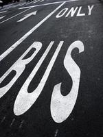 único cartel de autobús pintado en la carretera