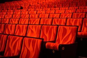 filas de asientos de teatro rojo