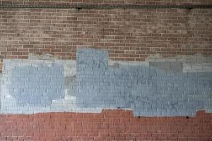 Viejo muro de ladrillo pintado y marcado foto