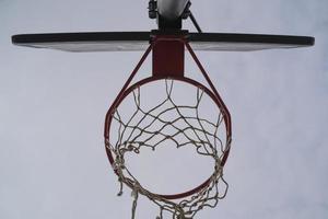 borde de baloncesto desde abajo foto